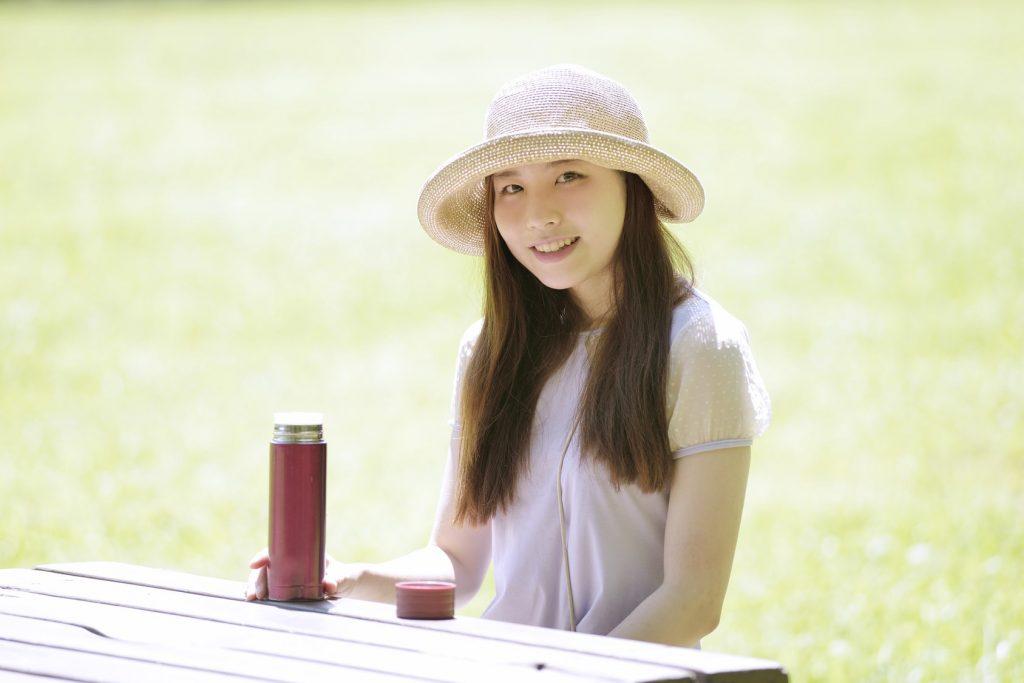 帽子かぶる女性